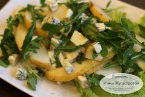 Салат из груши с рукколой и сыром дорблю с медовой заправкой