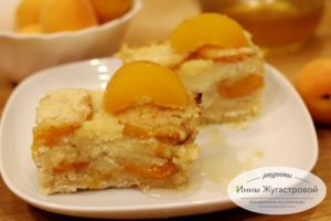 Простой насыпной пирог с абрикосами и творогом