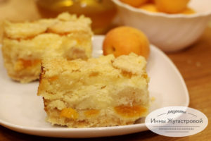 Простой рецепт насыпного пирога с абрикосами и творогом