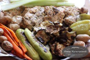 Запеченное маринованное в специях куриное филе и овощи