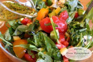 Руккола с овощами и сыром дорблю