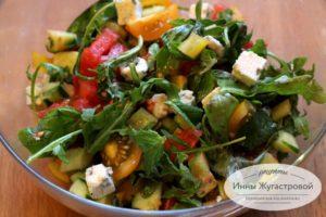 Вегетарианский салат из рукколы с овощами и сыром дорблю