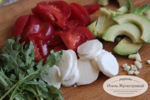 нарезать овощи и моцареллу