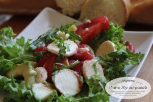 Салат из авокадо с рукколой, моцареллой и томатами