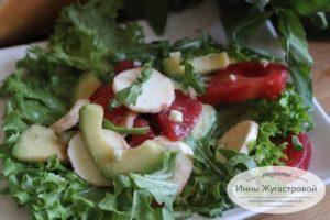Салат из авокадо с овощами и моцареллой