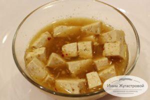 Залить тофу маринадом