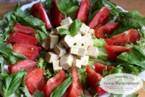 Тофу в апельсиновом маринаде с помидорам и зеленью