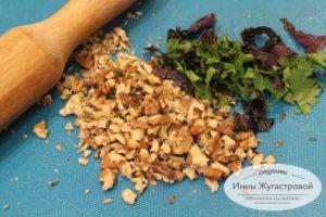 Измельчить орехи с зеленью
