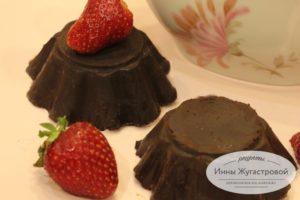 Творожный десерт с клубникой в шоколадной глазури