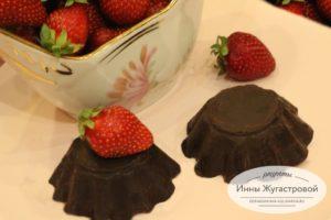 Нежный творожный клубничный десерт в шоколадной глазури