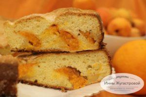 Бисквит со свежими абрикосами на апельсиновом соке