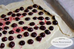 Выложить вишню в бисквитное тесто
