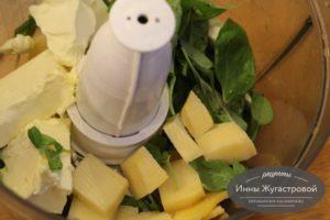 Соединить сыр, масло, базилик