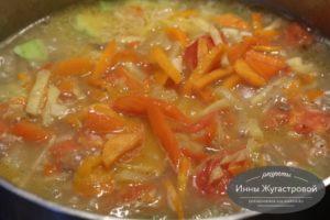 Соединить овощи с бульоном