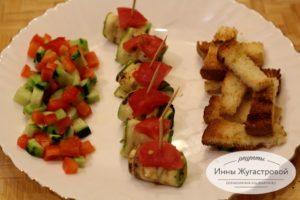 Рулеты из кабачков с сыром, овощным гарниром и крутонами