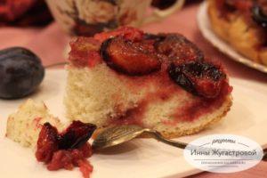 Пирог перевертыш со сливой из бисквитного теста