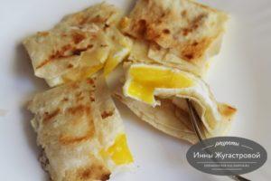 Яйца, жаренные на сковороде в конвертиках из лаваша