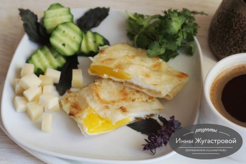 Яйца, жаренные в конвертиках из лаваша, на завтрак