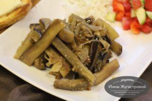 Жареные с луком и чесноком баклажаны как грибы