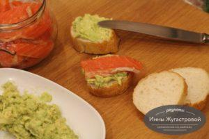 Бутерброды с авокадо и малосоленой красной рыбой