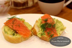 Изысканные бутерброды с авокадо и красной рыбой