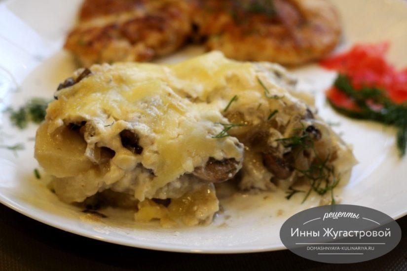 Вегетарианская картофельная запеканка с шампиньонами под соусом бешамель