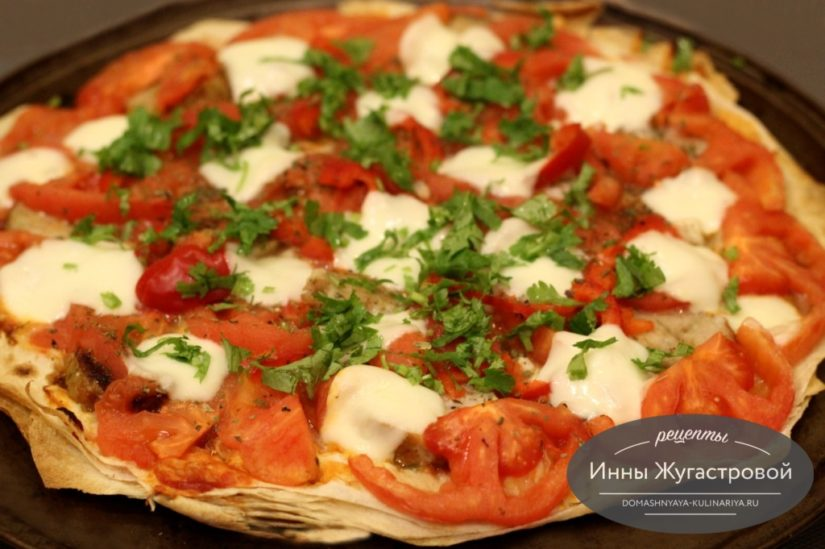Пицца на тонком лаваше с помидорами и моцареллой, простой рецепт