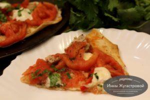 Пицца на тонком армянском лаваше с помидорами и моцареллой