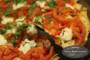 Пицца на лаваше с помидорами и моцареллой