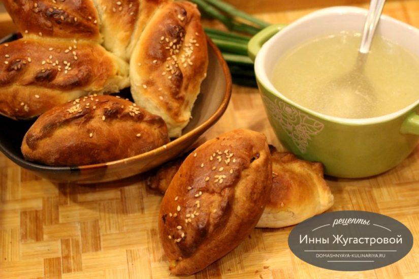 Бульон и печеные пирожки из домашней курицы
