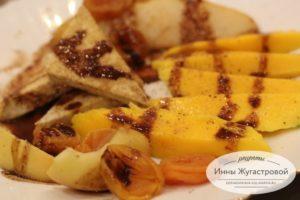 Веганский десерт из жареного тофу с фруктами