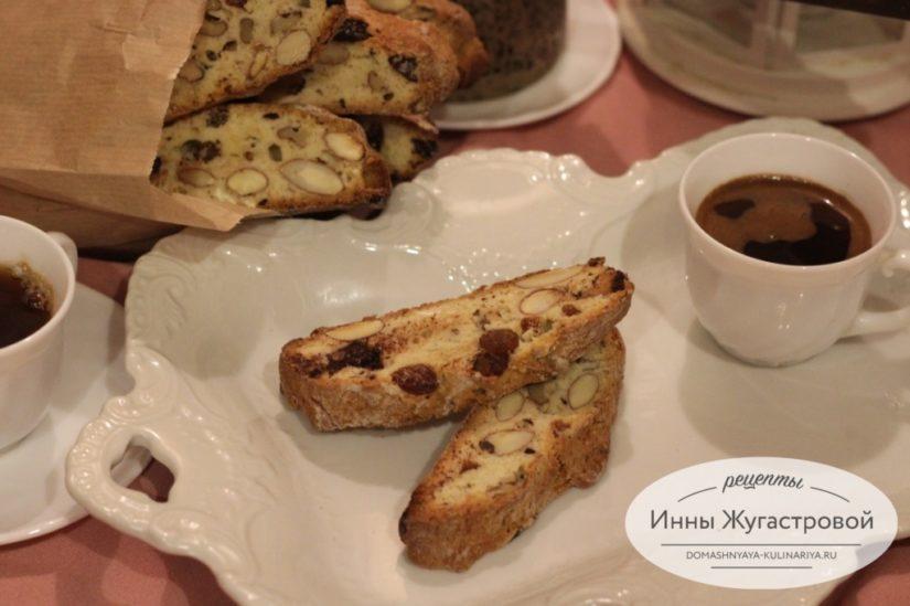 Кантуччи с миндалем, грецкими орехами и шоколадной крошкой