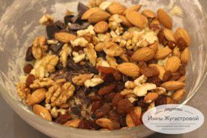 Добавить орехи, изюм и шоколад