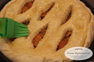 Смазать верхушку пирога сиропом