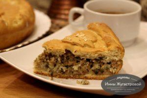Дрожжевой пирог с мясом, луком и рисом