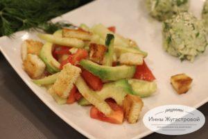 Салат из авокадо с помидорами, огурцами и сухариками