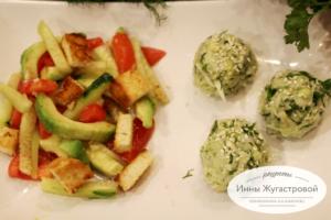 Веганский салат и рисовые колобки с авокадо