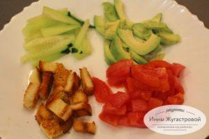 Нарезать свежий огурец, помидор и авокадо