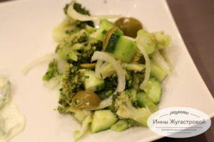 Веганский салат из брокколи и огурца с оливками