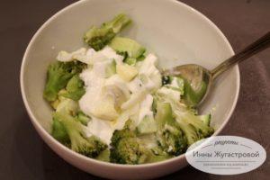Заправить сметаной салат
