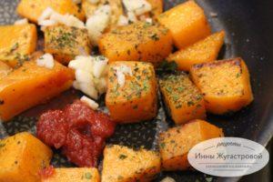 Добавить томат и чеснок