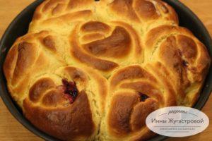 Отрывной пирог из булочек в виде роз