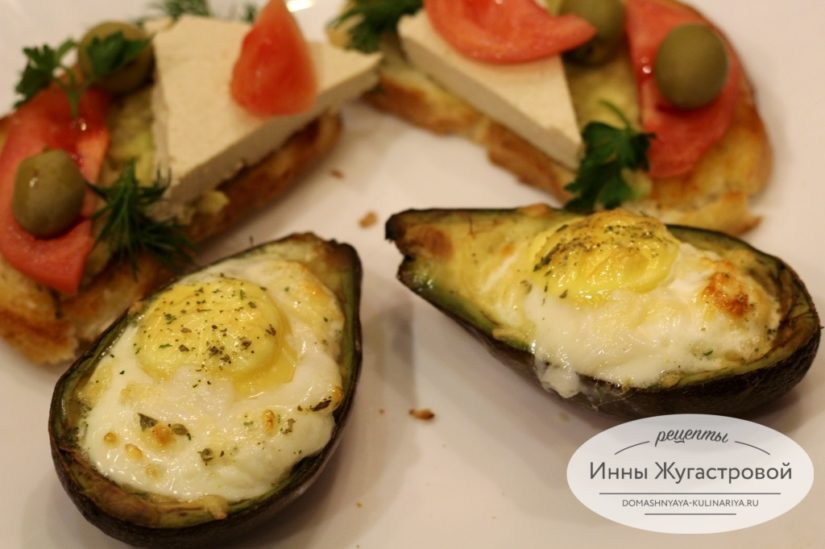 Яичница с сыром в авокадо в духовке и тосты на завтрак