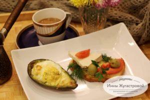 Яйца с сыром в лодочках из авокадо в духовке