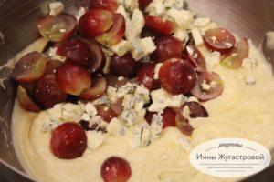 Насыпать сыр и виноград