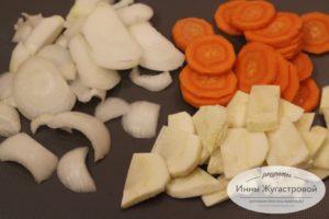 Нарезать морковь, лук и пастернак