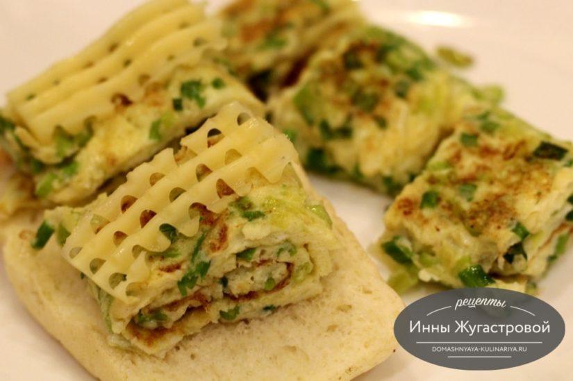 Омлет с зеленым луком на сливочном масле