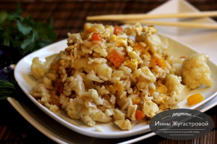 Жареный рис с яйцами и овощами в китайском стиле