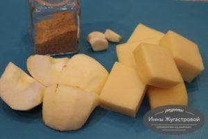 Шаг 1. Сыр и яблоки нарезать