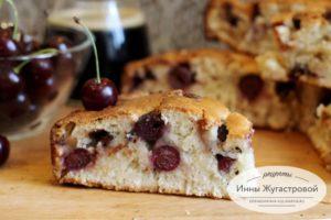 Простой вишневый пирог с шоколадной крошкой